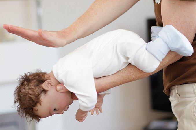 Помощь ребенку при обструкции дыхательных путей инородным телом